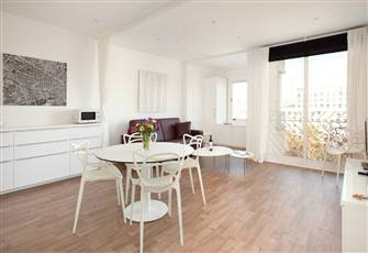 Newly Renovated, Bright, Open and Modern 2 Bedroom Flat for Families Or Business