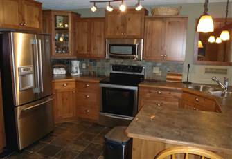 "Very Cozy ""Cabin Feel"" Condo Overlooking Mountain & Ski Run - Direct Ski in/out"
