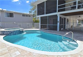 Appleberry Chateau, 3 bedrooms, Private Heated Pool, Spa, across from beach