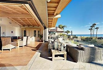 This 4br/4 5/Ba Beachfront