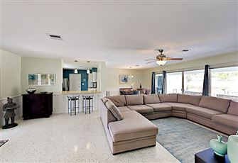 This Contemporary 2br Sarasota