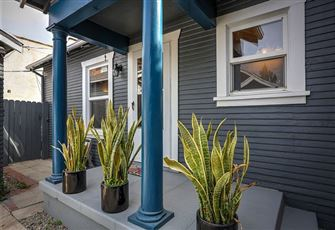This 2br/1ba Melrose Avenue