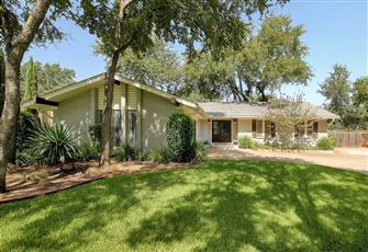 This airy and open 3BR, 2BA ranch house is a dream for a family who loves to coo