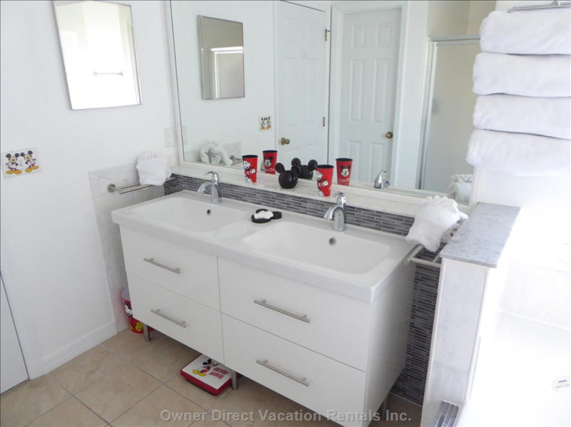 Upgraded Mickey Bath with Double Vanity, Shower, Bath, Wc and Walk-in-Closet