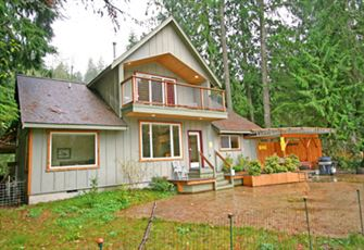 A 2-Story, 2-Bedroom + Loft, Pet Friendly Vacation Home with Hot Tub and Wifi!