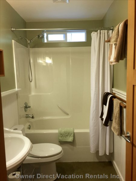 Main Bathroom with Tub/Shower