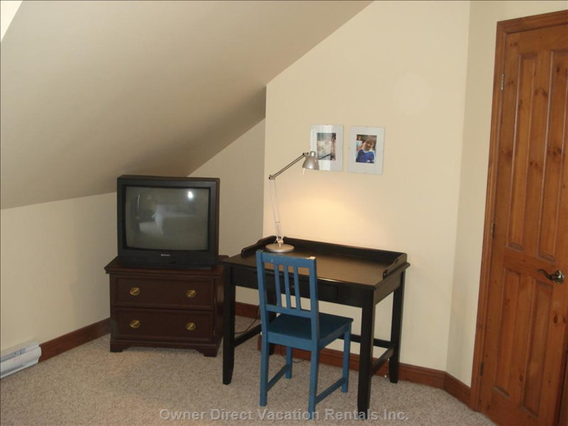 Master Bedroom TV + Desk (Wifi)