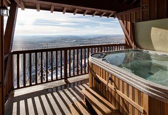 Beautiful 3-Bed Condo with Far Reaching Views from the Private Hot Tub!