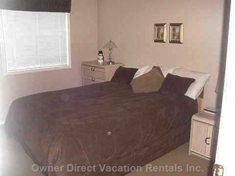 Deluxe Master Bedroom with a Queen Sized Bed .