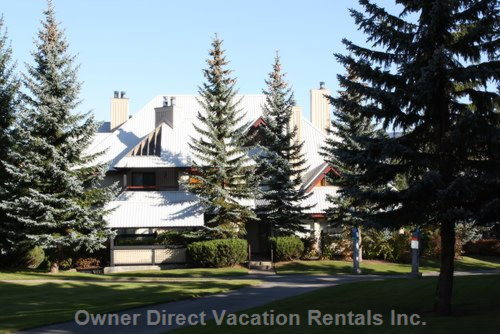 Cozy two bedroom townhome, walk to ski lifts, shopping, restaurants and golf