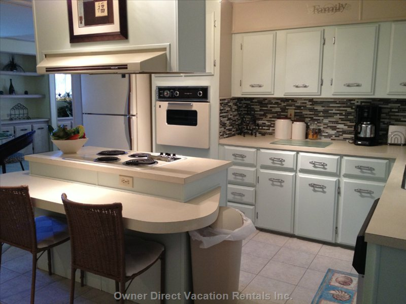 Beautiful Large Fully Equipped Kitchen with Breakfast Bar.