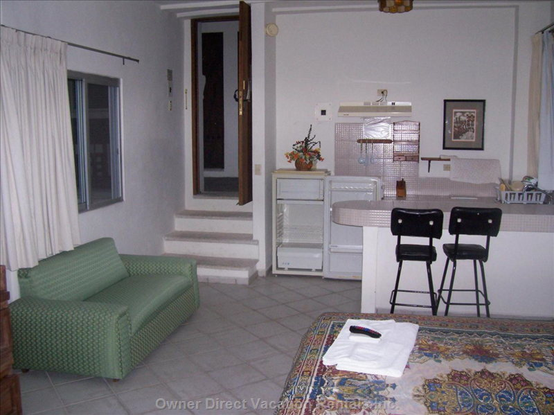 Kitchenette Studio - Kitchennete Studio  , King Size Bed.  Ac,  Private Bathroom ,  Internet  Connection.