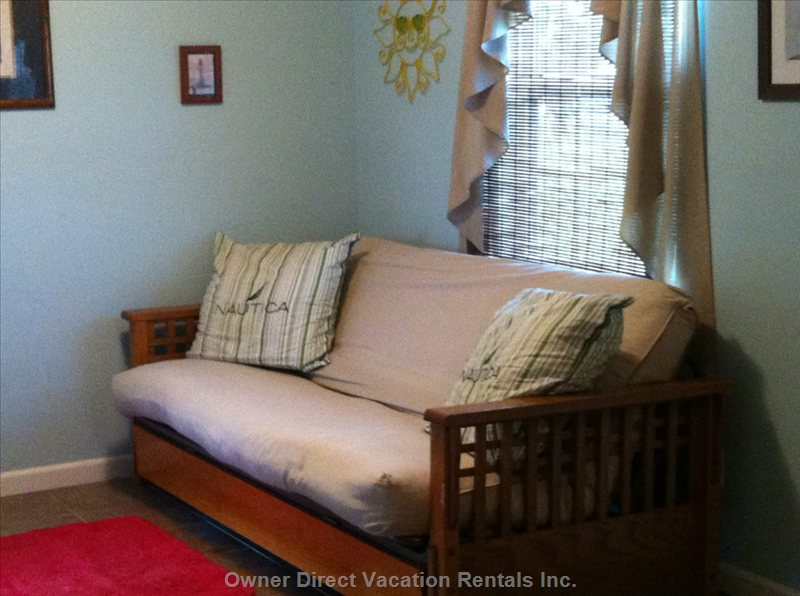 Large Secluded Room Downstairs  with Seating Area and  Queen Size Futon.