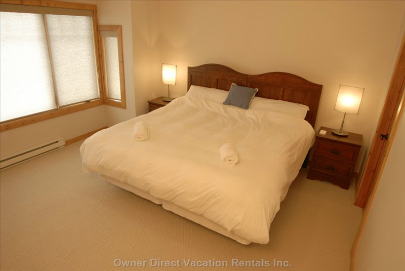 Top Floor Master Bedroom with King Bed/Two Single Beds and Ensuite Bathroom