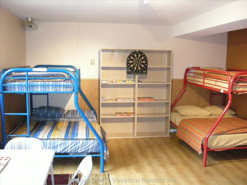 Childrens Bedroom - There Are 2 Bunk Bed and Lots of Room to Play. There is an Office Table, and Also a Table and Chairs to Play a Game.