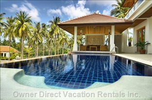 Jacuzzi in Spacious Pool with Shady Pool-side Sala Area