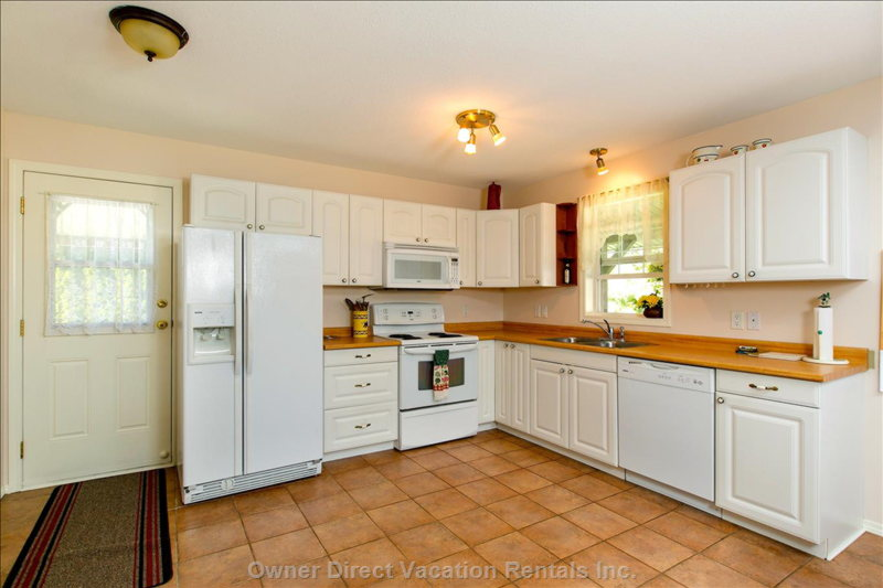 Fully Equipped Kitchen with Dishwasher Fridge with Icemaker