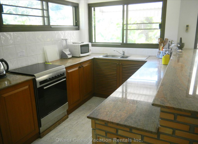 Large Fully Equipped Kitchen with Walk-in Pantry