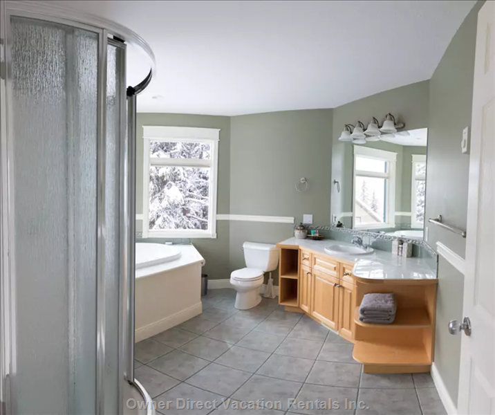 Huge Ensuite with Soaker Tub