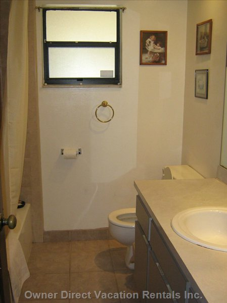 Bathroom  with Tub, Showerhead, Sink and Toiletbowl.