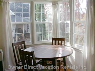 Dining for 6 People with View of Siskiyou Mountains