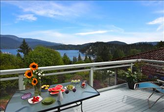 Panoramic Views, Best Local (Deep Cove), 20 Mins from Downtown Vancouver!