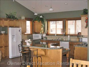 Fully Equipped Kitchen, Granite Counters and Hardwood Floor
