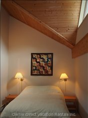 Queen Size Bed, Vaulted Ceilings and Alcove Space
