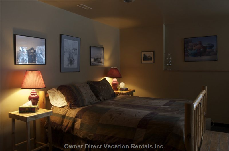 Lower Level Suite - Queen Size Bed / 2 Twin Beds / Ensuite / 4 Person Sauna / Private Entrance