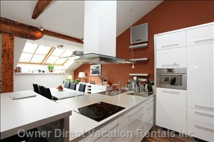 Fully Equipped Kitchen with Dishwasher and Dining Table for Six People.