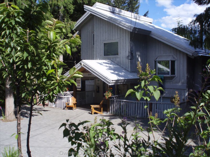 Experience a True Mountain Setting in the Comfort of your Private Studio Suite! - Private Fully Equipped Kitchen, Private Entrance, Patio, En Suite Bathroom.