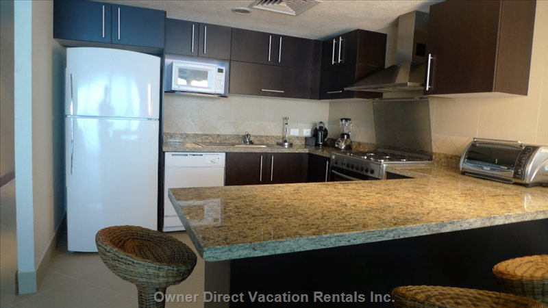 Kitchen - Large Fully Equipped Kitchen with Gas Oven and Granite Countertop
