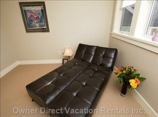 A Quiet Room to Enjoy a Good Book 3rd Bedroom W/Queen Air Bed