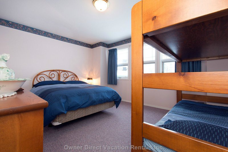 Great Family Bedroom with a Queen and Two Single Bunks