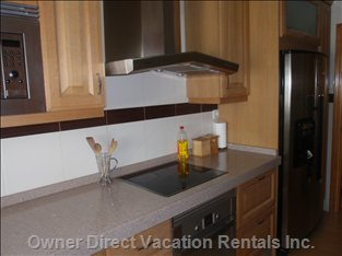 Kitchen with Dining Table, Side-by-side Fridge/Freezer with Water & Ice Dispenser, Dishwasher, TV