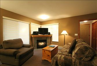 Centrally-Located Cozy 1-Bedroom Condo with Kitchen and Fireplace