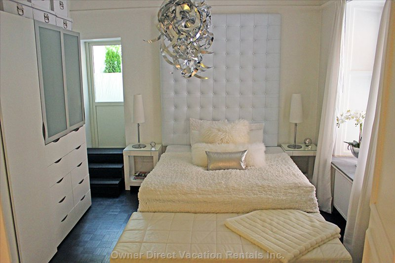 Bedroom with 1 King Size Bed & 1 Daybed