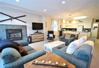 Spacious 3-Bedroom with Gorgeous Furnishings, Private Hot Tub, and Ski-in