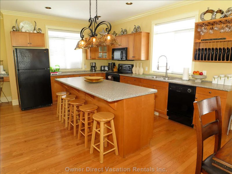 Bright Large Kitchen with Breakfast Bar
