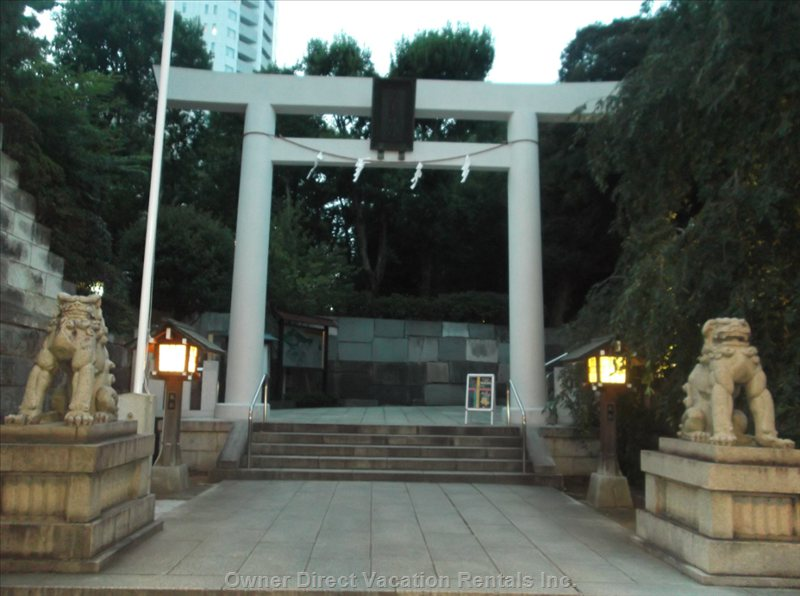 Nogizaaka Temple (2 Minute Walk)