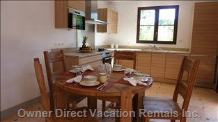 Independent Studio with Kitchen, Lounge, Private Terasse, Double Bedroom -on Suite.