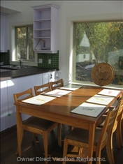 Charming Dining Room Provides Best Mountain Memory.