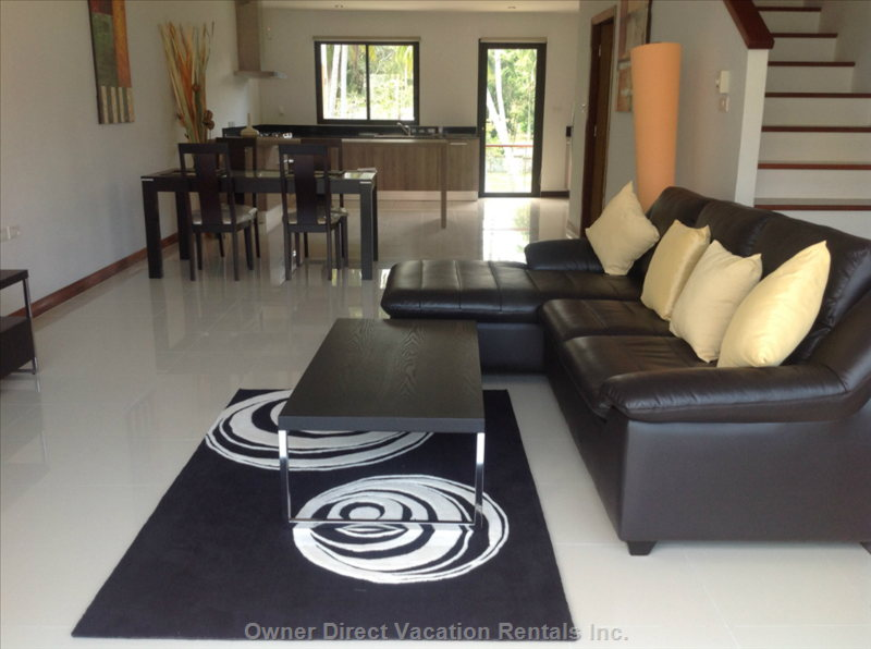 L Shaped Leather Sofa Rug and Coffee Table in Living Room