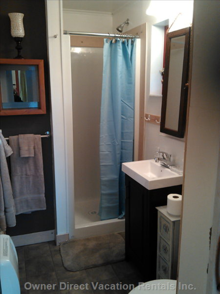 Totally Cute Bathroom with Access from Bedroom and Kitchen Nook Area