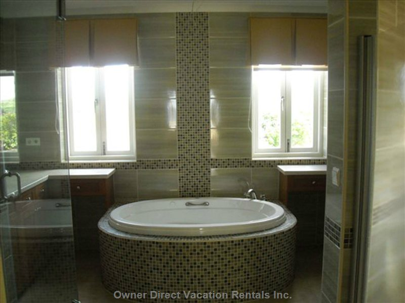 Willemstad vacation rentals owner direct Jacuzzi tub in master bedroom