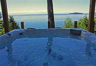 West Coast Cottage on Private Waterfront, Ocean View Hot Tub, Central Location