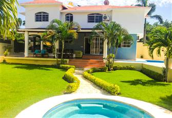 Well Located Villa with a Gorgeous Backyard, Pool, Hot Tub, WiFi, Daily Maid