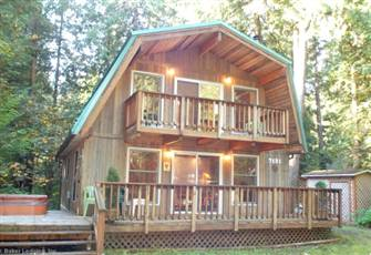 A Great 2-Story Vacation Home with a Private Outdoor Hot Tub & Wi-Fi!