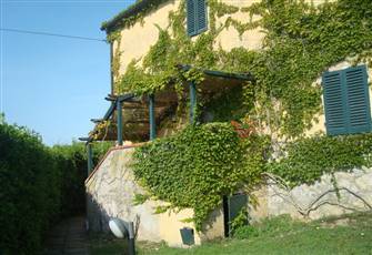 Farmhouse La Pergola with Shared Pool and Free Parking in the Heart of Tuscany