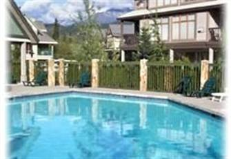 Luxurious 2 Bedroom Townhouse Centrally Located with Large Heated Pool & Hottub